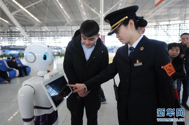 青岛:机器人服务春运