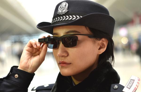铁路警方启用人工智能警务眼镜,一眼看穿逃犯和冒用证件者