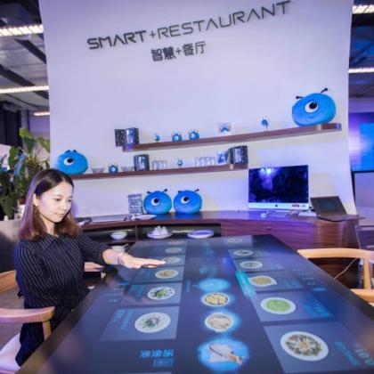 """全智能:无人餐厅=机器人餐厅""""迎宾+送餐+点餐+收银""""机器人"""