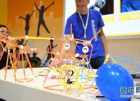2018世界机器人大会开幕 机器人乐团引人驻足