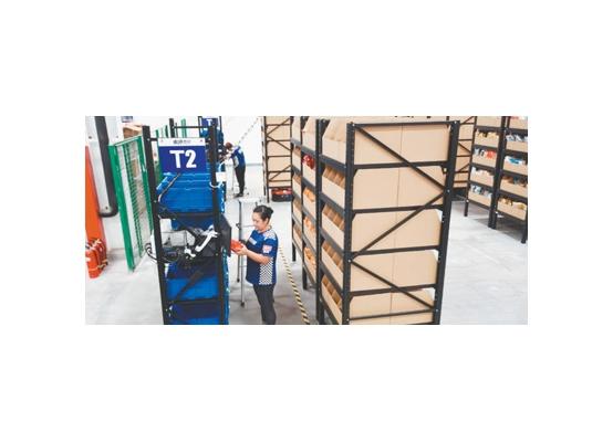 """国美在天津广州运营使用AGV机器人仓  百余台机器人""""上岗""""拣货"""