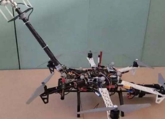 中国会飞的机器人能爬到高层建筑进行清洁,外国网友都惊了!