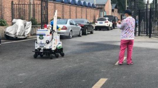 北京社区防疫消杀用上机器人,不少居民驻足拍照
